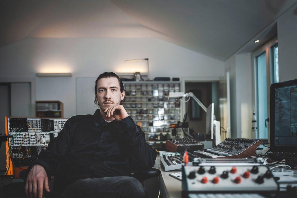 Ein Musikerportrait zwischen all seinen elektronischen Geräten