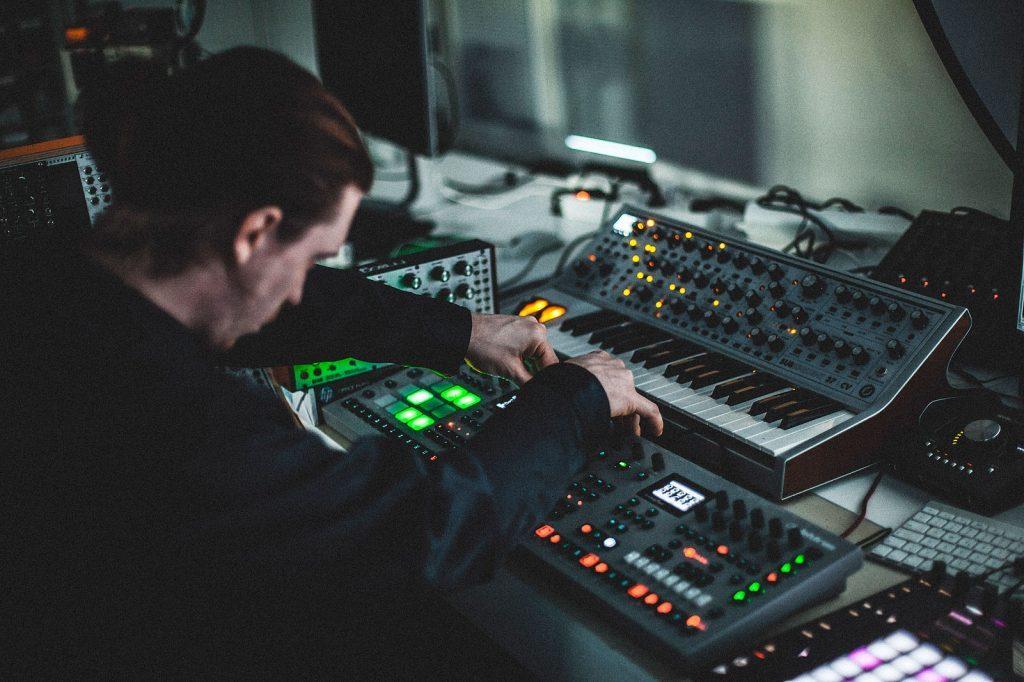 Musikproduzent in seinem Studio