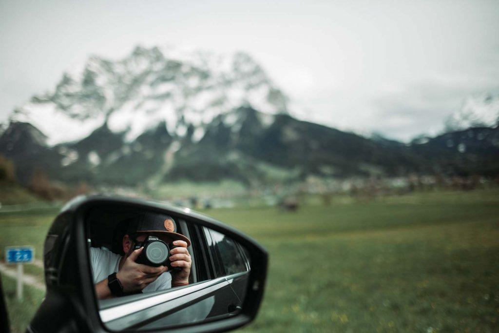 Blick aus dem Autofenster am Fuße der Alpen in Garmisch Patenkirchen