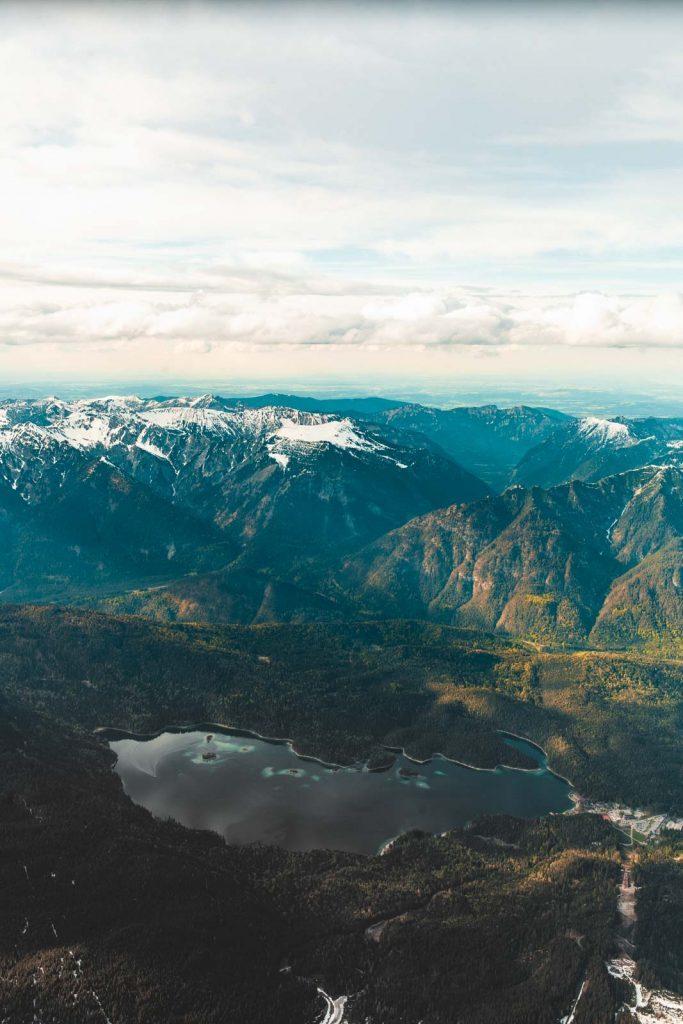 Eibsee am Fusse der Zugspitze mit den Alpen im Hintergrund