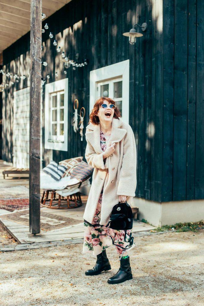 Mode Foto einer Frau mit Kleid und Mantel