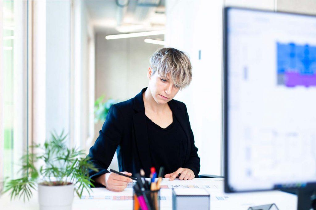 Architektin im Büro am Zeichentisch