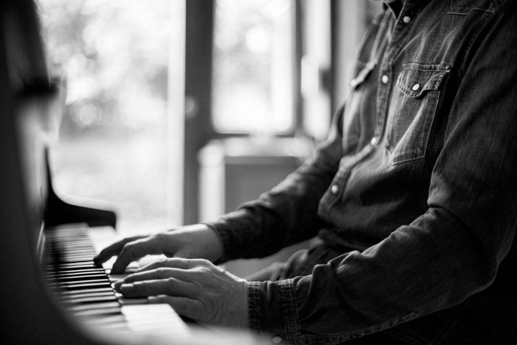 Pianist am heimischen Klavier