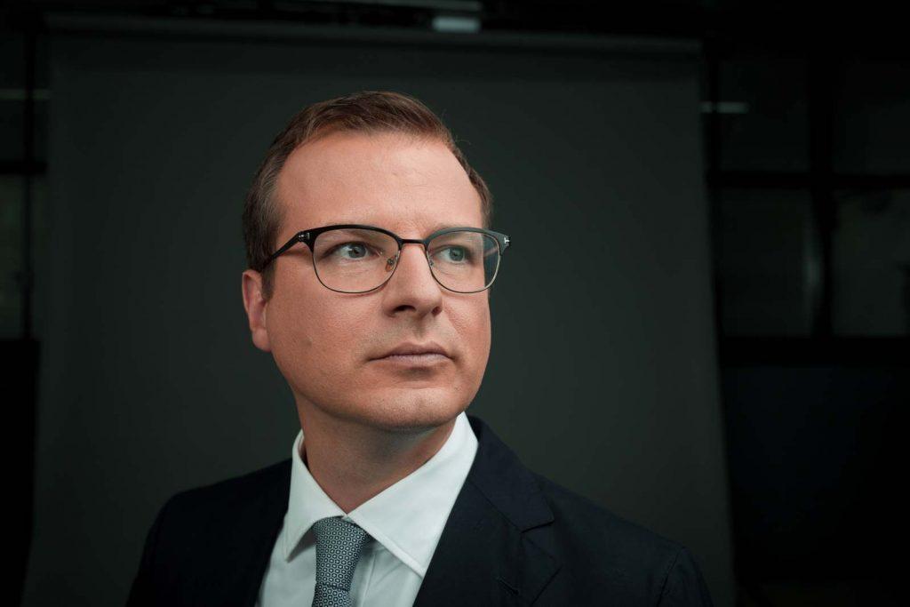 CEO MENNEKES, Weitwinkliges Portrait mit Blick nach Aussen