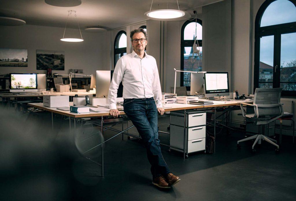 Architekt in Braunschweig in seinem Büro mit Designmöbeln