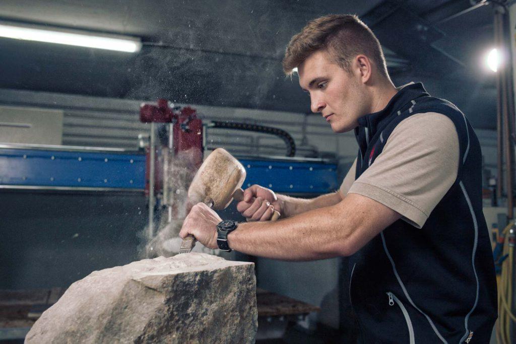 Portrait eines Steinmetzes bei der Arbeit