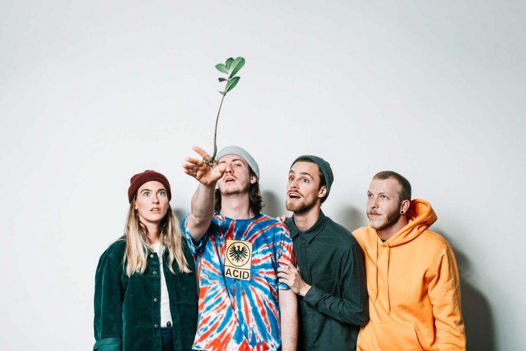 Bandfoto, Bandmitglied wirft Blume nach vorn