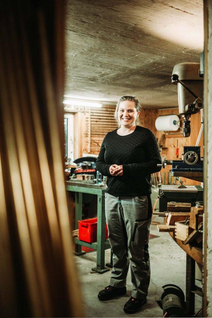 Instrumentenbauerin steht in der Werkstatt